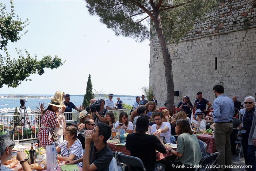 Bons moments entre amis, lors de l'aïoli, le traditionnel déjeuner de presse, offert par le Maire de Cannes - Festival de Cannes 2017 - Photo © Anik Couble
