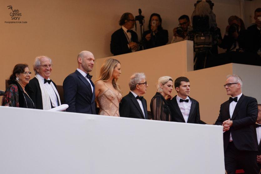 """Woody Allen, en haut des marches, entouré de Blake Lively, Corey Stoll,  Kirsten Stewart et Jesse Eisenberg, avant la projection de son film """"Café Society"""" - Festival de Cannes 2016 - Photo © Anik Couble"""