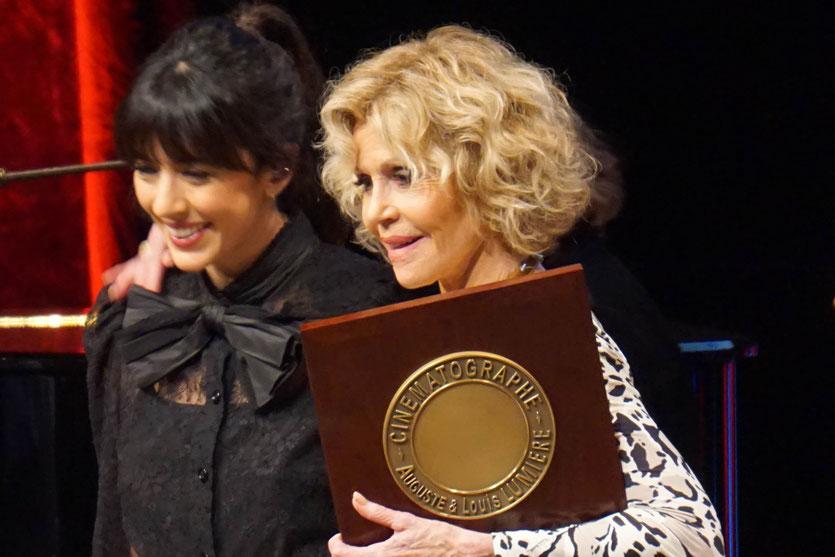 Jane Fonda, entourée de Costa Gavras et Nolwenn Leroy, à l'issue de la cérémonie de remise du Prix Lumière à Jane Fonda - Festival Lumière 2018 - Lyon - Photo © Anik Couble