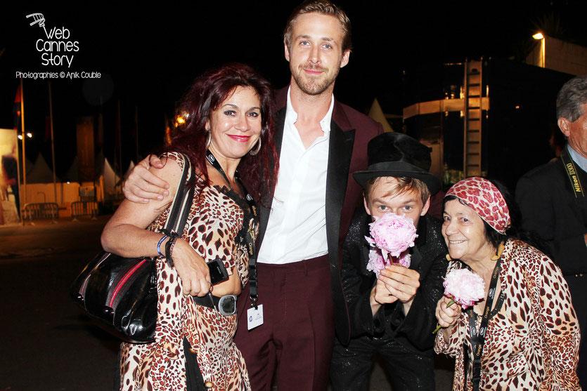 """Ryan Gosling, acteur du film """"Drive"""" et  Henry  Hopper,  en compagnie de Pascaline et  Esméralda, les célèbres femmes panthères - Festival de Cannes 2011 - Photo © Anik Couble"""
