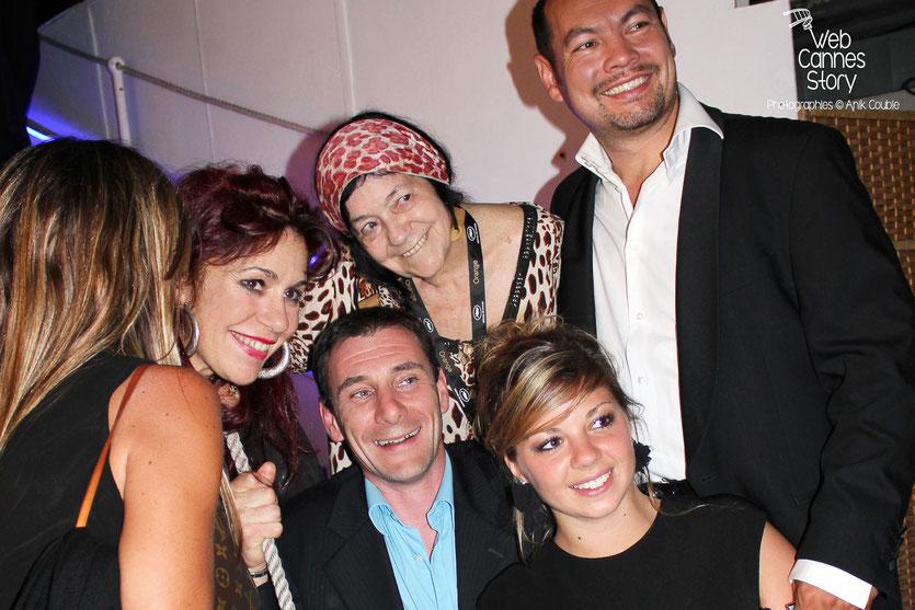 Pascaline Benito et Esméralda Petit-Benito, les célèbres femmes panthères, en compagnie de joyeux festivaliers - Festival de Cannes 2011 - Photo © Anik Couble