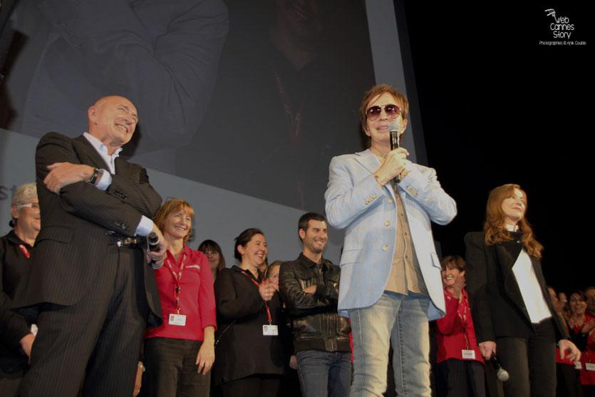 Michael Cimino, Isabelle Huppert et Gérard Collomb, entourés de tous les bénévoles - Festival Lumière 2012 - Lyon © Anik Couble