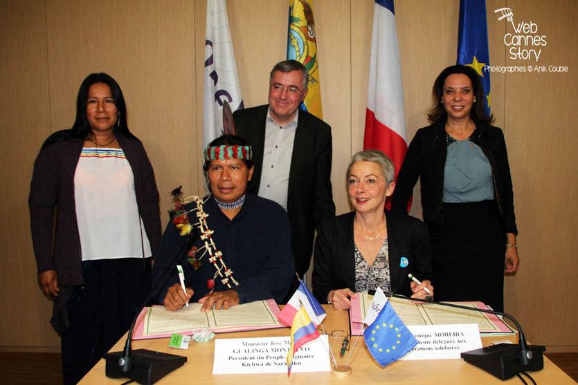 Signature de l'accord de coopération avec la communauté Quechua Sarayaku en Equateur - Lyon - 0ctobre 2011  © Anik COUBLE