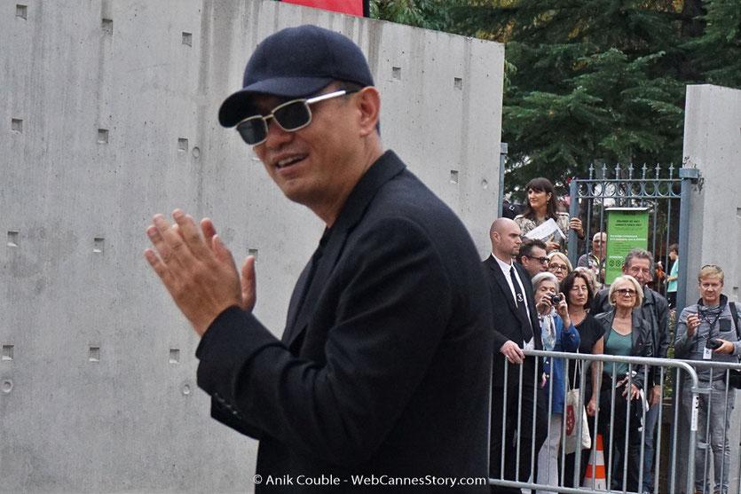 Wong Kar-wai, applaudissant les invités participant au tournage, du remake de la Sortie des Usines Lumière - Festival Lumière 2017 -  Lyon - Photo © Anik Couble