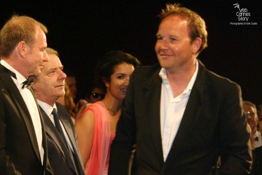"""Xavier Beauvois, entouré de Sabrina Ouazani et Olivier Perrier. lors de la projection de son film """"Des hommes et de dieux """" - Festival de Cannes 2010 - Photo © Anik Couble"""