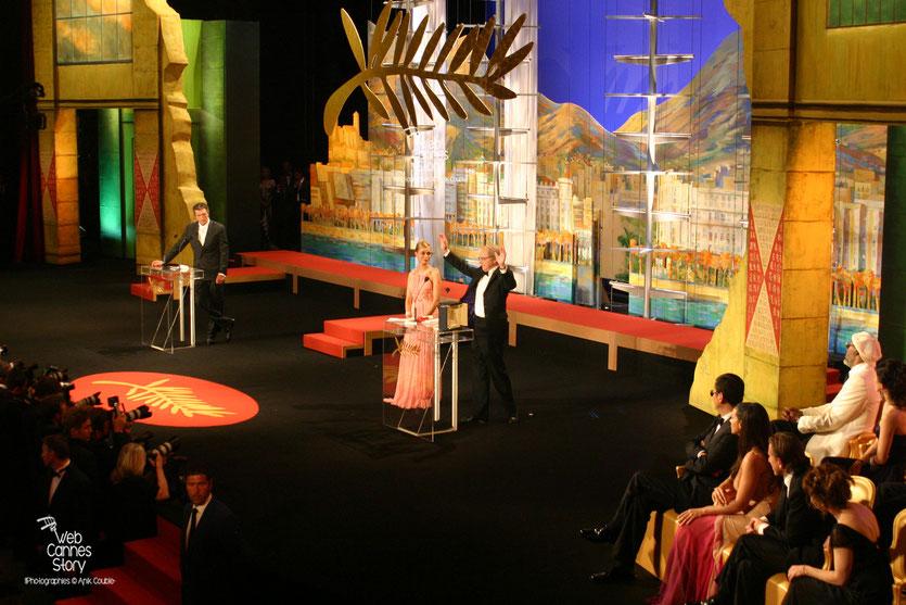 """Ken Loach,  reçoit  la Palme d'or, des mains d'Emmanuelle Beart,  pour son film """"Land and Freedom"""" - Festival de Cannes 2006 - Photo © Anik Couble"""