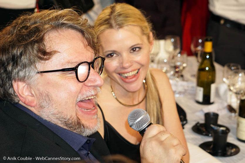 """Le réalisateur mexicain, Guillermo Del Toro et sa compagne Kim Morgan, fredonnant à Claude Lelouch, Chabadabada, la chanson de son film """"Un homme et une femme"""", lors du très convivial dîner d'ouverture du Festival Lumière 2018 - Lyon - Photo © Anik Couble"""