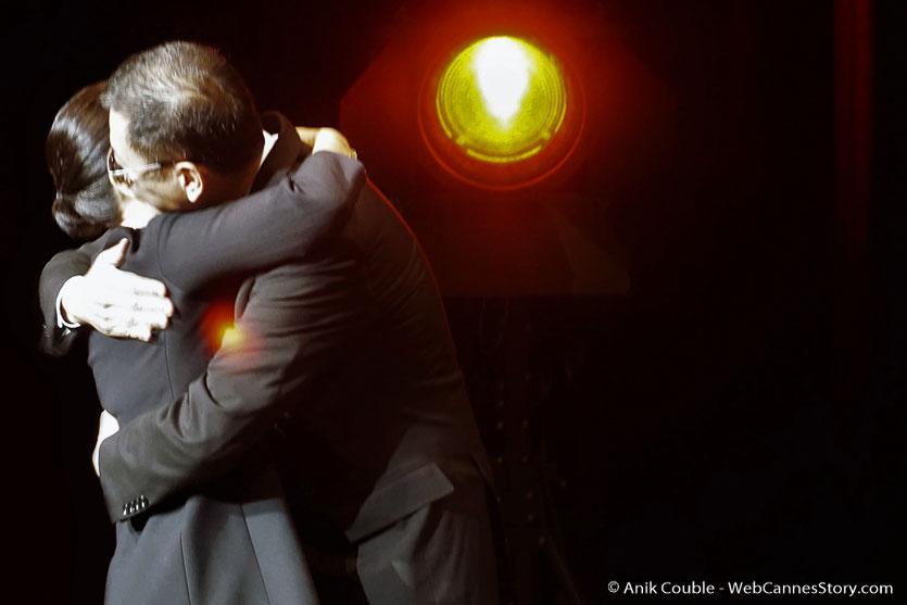 Grand moment d'émotion et de romantisme, lorsque Wong Kar-wai, a enlacé sa femme Esther, pour l'accueillir sur scène et lui dédier son prix, lors de la cérémonie de remise de son Prix Lumière - Festival Lumière 2017 - Lyon  - Photo © Anik Couble