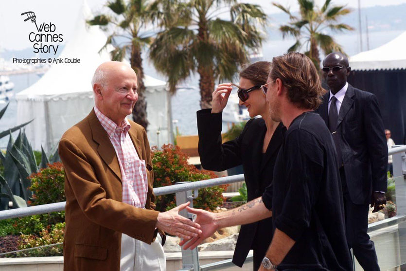 Gilles Jacob,  accueillant Tim Roth - Festival de Cannes 2006 - Photo © Anik COUBLE
