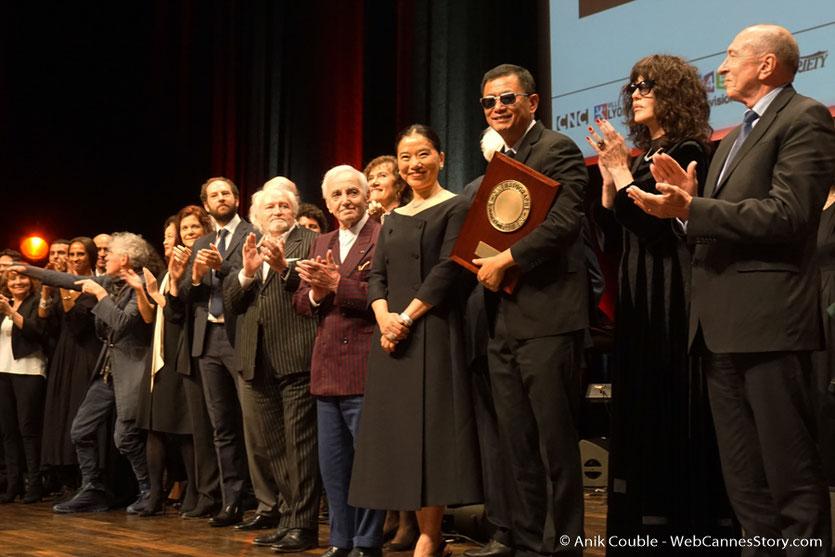 Wong Kar-wai, sur scène, entouré de son épouse Esther et de tous les invités, lors de la cérémonie de remise de son Prix Lumière - Festival Lumière 2017 - Lyon - Photo ©