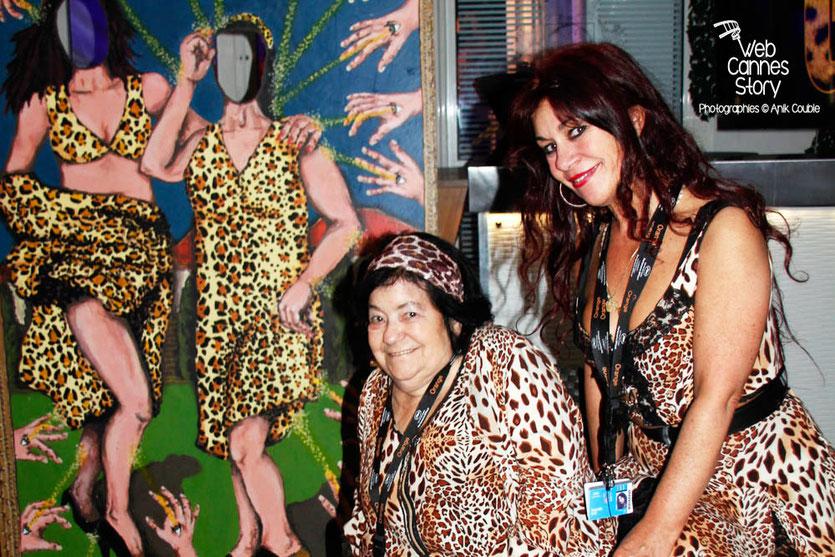 """Pascaline Benito et Esméralda Petit-Benito, lors de leur exposition """"GRRRRR !!! Sur la piste des femmes panthères"""", installée pour la soirée du Film « Welcome to New York » d'Abel Ferrara - Festival de Cannes 2014 - Photo © Anik Couble"""