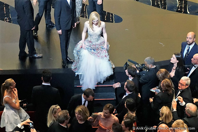 Elle Fanning,  quittant la scène du Palais des festivals, à 'issue de la cérémonie célélbrant les 70 ans du Festival de Cannes - Festival de Cannes 2017 - Photo © Anik Couble