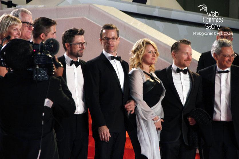 L'équipe du film «The Rover» de David Michôd, en haut des marches, dont Robert Pattinson, David Michôd et Guy Pearce - Festival de Cannes 2014 - Photo © Anik COUBLE