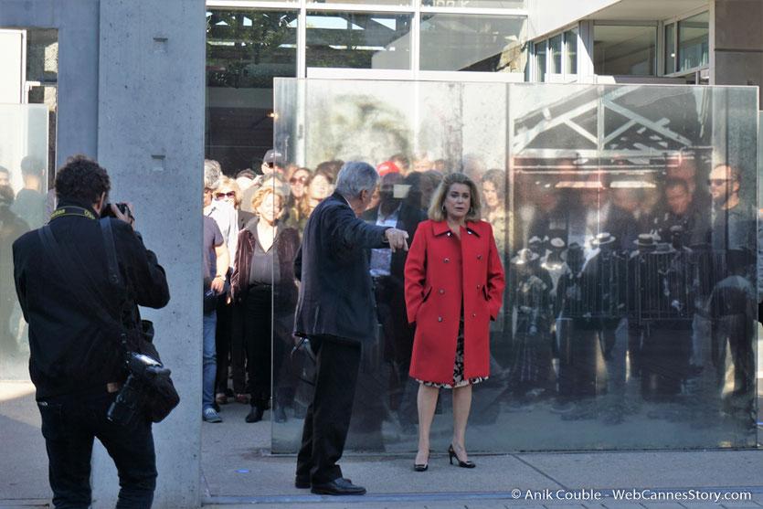 """Costa Gavras et Catherine Deneuve,  lors du remake de """"Sortie d'Usine"""" - Festival Lumière - Lyon - Octobre 2016 - Photo © Anik Couble"""