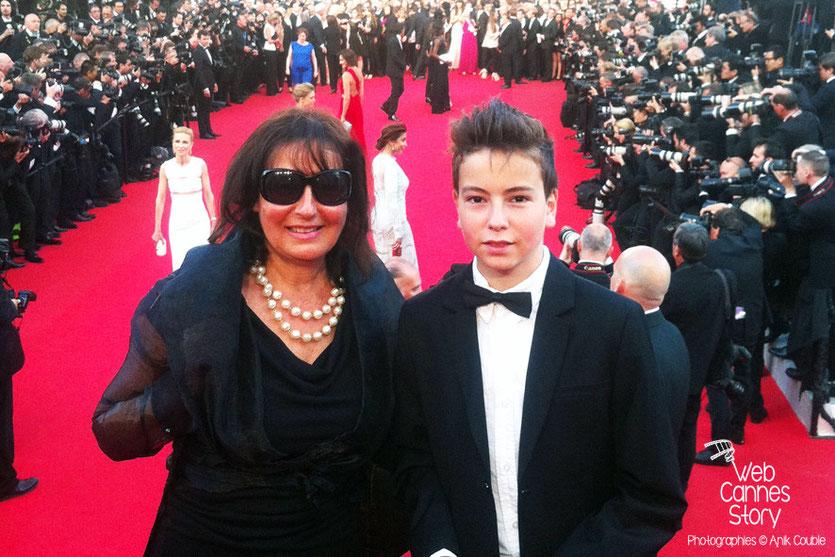 Anik COUBLE et son fils Alan BADAOUI-COUBLE, sur les marches, pour la projection de «Dragon  2»,  réalisé par Dean DeBlois- Festival de Cannes 2014 - Photo © Anik COUBLE