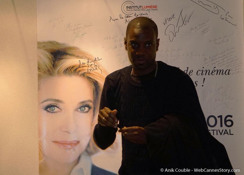 Abd Al Malik, devant l'affiche du  Festival Lumière 2016 - Lyon - Photo © Anik Couble