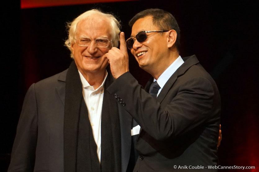 Admiration mutuelle et superbe entente entre Bertrand Tavernier et Wong Kar-wai, lors de la cérémonie de remise du Prix Lumière à Wong Kar-wai - Festival Lumière 2017 - Lyon  - Photo © Anik Couble