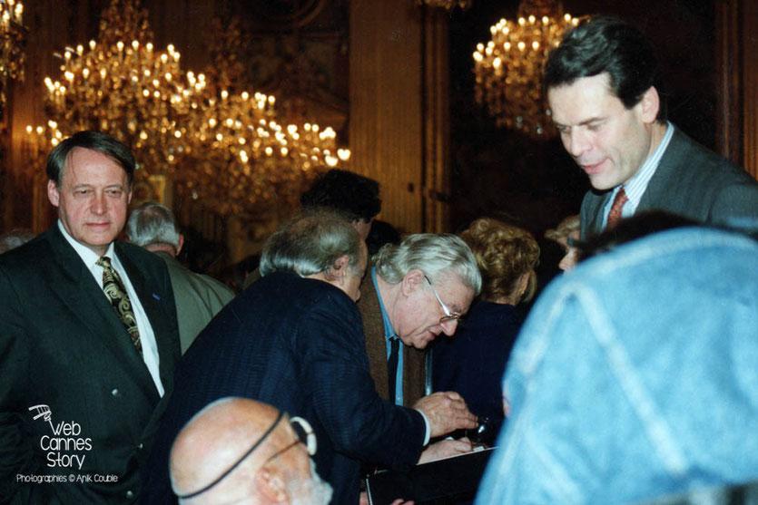 Jacques Oudot (Adjoint à la culture), André de Toth (USA) assis, Roger Planchon (penché) et Michel Noir (Maire de Lyon) soirée du centenaire du Cinéma - Hôtel de Ville de  Lyon - 1995 © Anik COUBLE