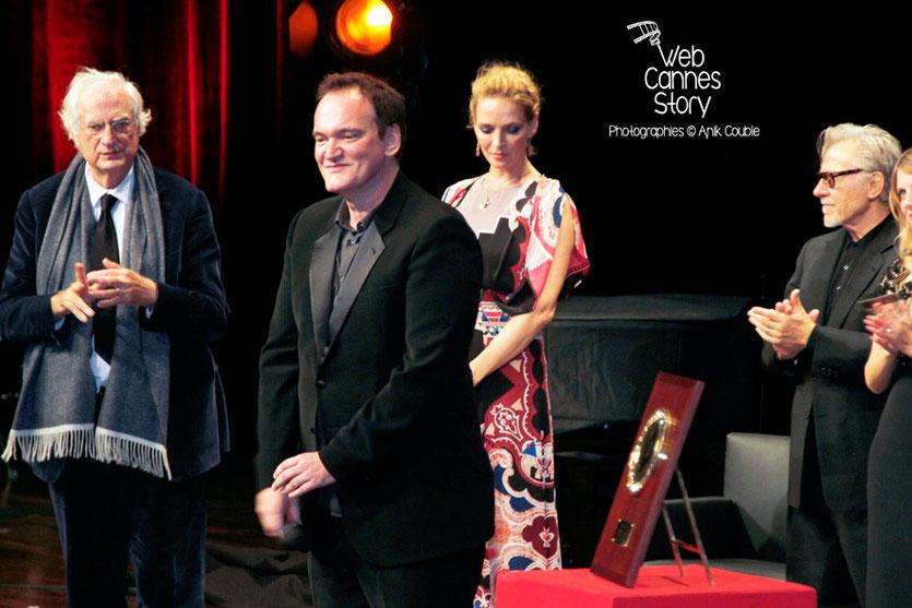 Quentin Tarantino entouré de Bertrand Tavernier, Uma Thurman et Harvey Keitel, lors de la Remise du Prix Lumière -  Festival Lumière - Lyon - Oct 2013 - Photo © Anik COUBLE