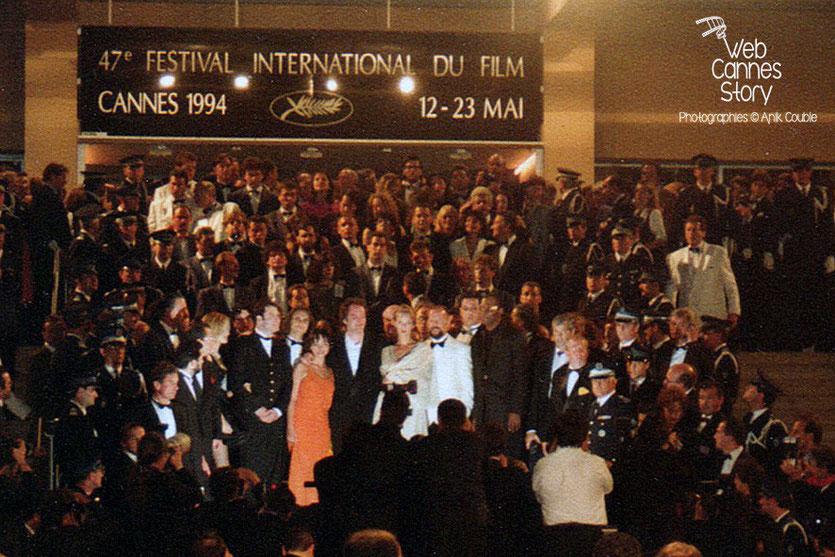 """Descente des marches du film """"Pulp Fiction"""" de Quentin Tarantino - Festival de Cannes - 1994 - Photo © Anik COUBLE"""