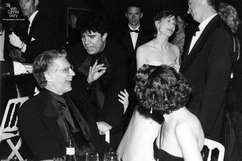 Pedro Almodovar remerciant  le président du Jury, David Cronemberg  - Festival de Cannes - 1999 - Photo © Anik Couble