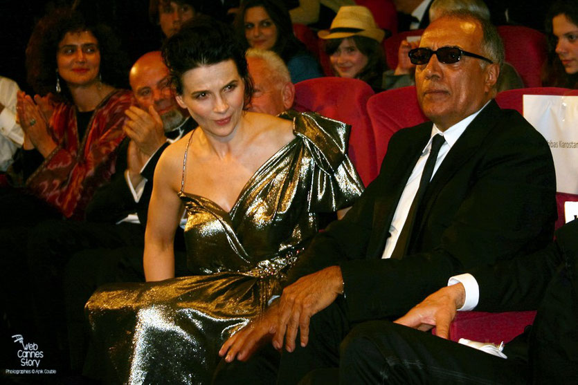 "Juliette Binoche et Abbas Kiarostami, lors de la projection du film ""Copie conforme"" de Abbas Kiarosatmi - Festival de Cannes 2010 - Photo © Anik Couble"