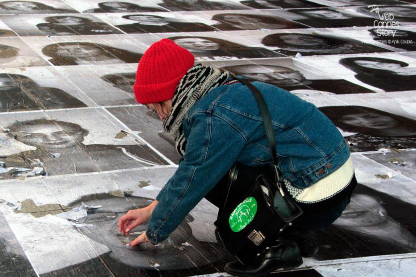 """Charlotte Le Bon, lors de l'installation du projet """"Inside Out"""" de l'Artiste JR - Lyon  Déc 2013 - Photo © Anik COUBLE"""