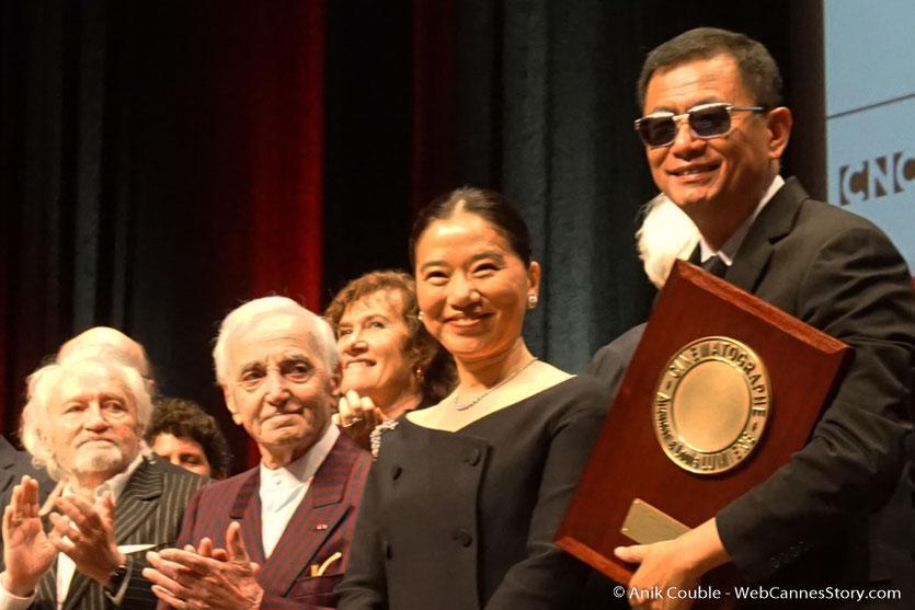 Wong Kar-wai, entouré de Charles Aznavour, Niels Arestrup et de sa femme Esther à laquelle il a dédié son Prix Lumière - Cérémonie de remise  du Prix Lumière à Wong Kar-wai - Festival Lumière 2017 - Lyon  - Photo © Anik Couble