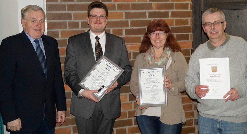 Die geehrten Vereinsmitglieder Christian Somnitz, Andrea Reinicke und Ronald Lade mit dem Ehrenvorsitzenden des Kreissportbundes Cuxhaven, Harald Graw (l.)