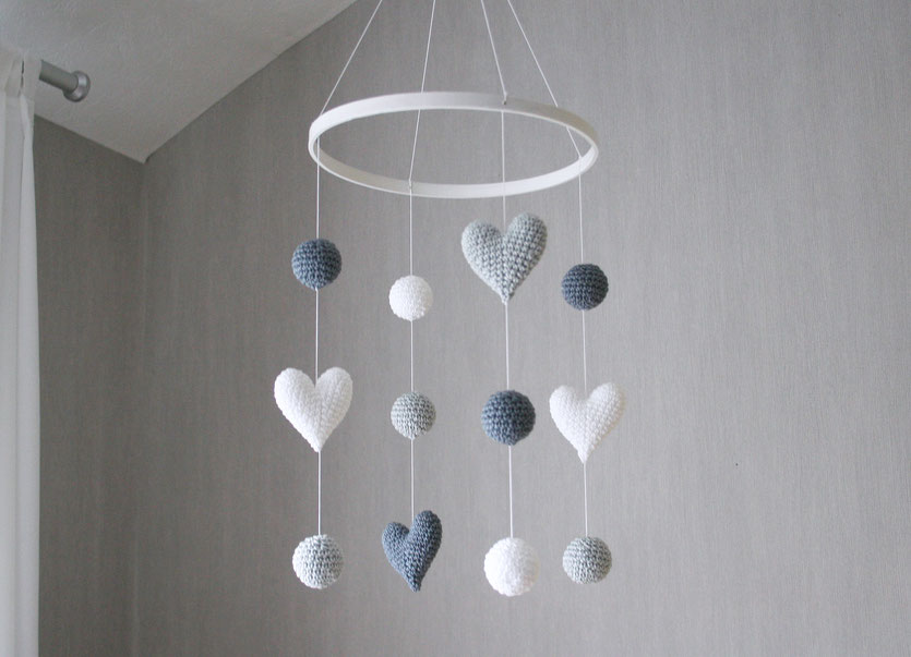 crochet baby mobile with hearts and balls  graphit, silber, weiss
