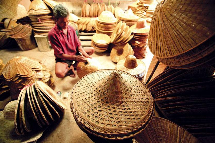 Skrybėlių pynėjas Ban Nam Chiao kaime Tailande