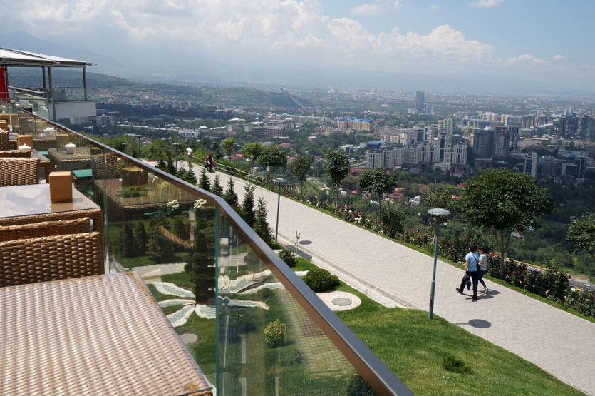 Į Kektebės kalną galima pasikelti iš Almatos centro / Foto: Kristina Stalnionytė