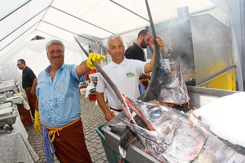 Die Stars des Tages waren Gaetano Calanni (links), sein Mitarbeiter Maurizio und zwei Schwertfische. Foto: Heinig Foto: Schwarzwälder-Bote