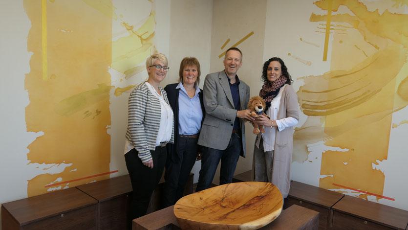 (von links) Jasmin Erichsen, Eva-Maria Säger, für den Lions Club Villingen überreicht Dr. Christian Friedrichsohn den Löwen mit einer großzügigen Spende an Francisca Kurz