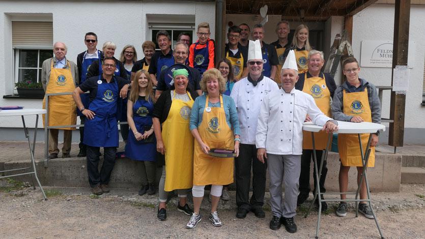 Glückliche Mitglieder des Lions Clubs Villingen, in der Mitte Heinz Hömseder von der Internatsküche der Hotelfachschule mit seinem Mitarbeiter Tomo Markelic