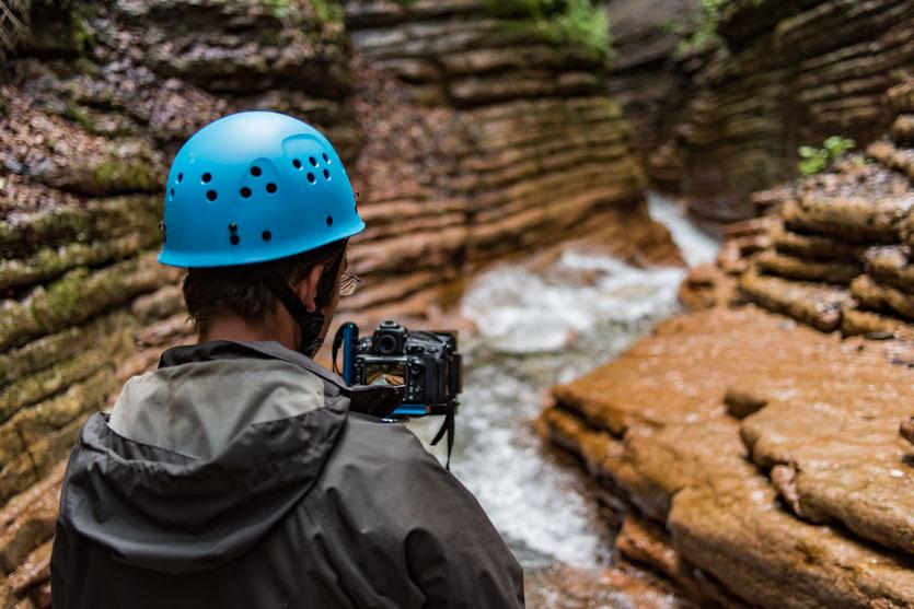 """Dennis bei der Arbeit (Canyon-Fotografie in der Taugl, Österreich); """"Red Canyon"""""""