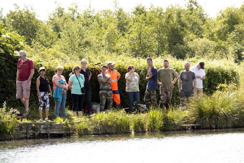 Le maire et des conseillers en compagnie des chasseurs à la hutte de Pirémont. (photos : J.P.PIERRE)