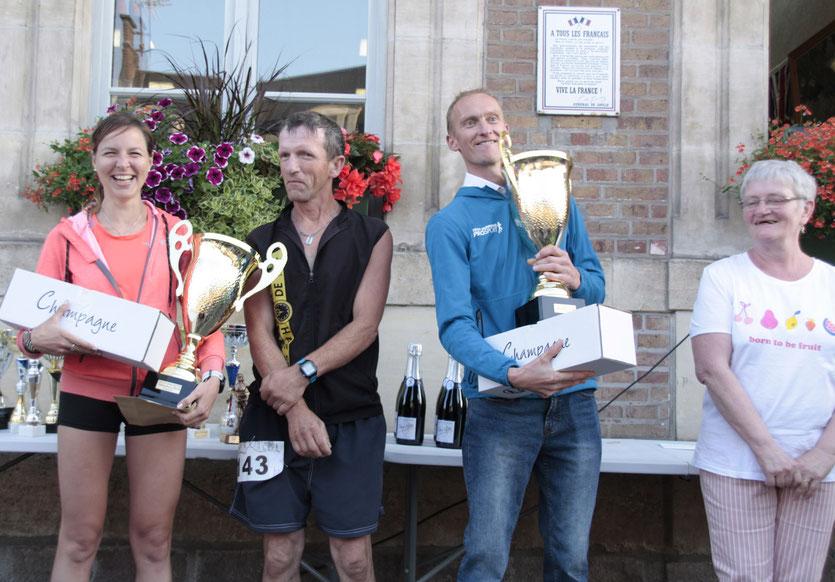 Les deux vainqueurs du challenge, en compagnie des enfants de Maurice Herlein, Marie-José et Jean-Marc, qui, en mémoire de leur père, leur ont remis les trophées.