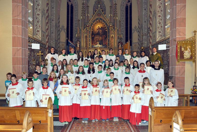 Nach einem gelungenen Messdienertag wurden am vergangenen Sonntag 19 Mädchen und Jungen in die Reihe der Messdiener aufgenommen.