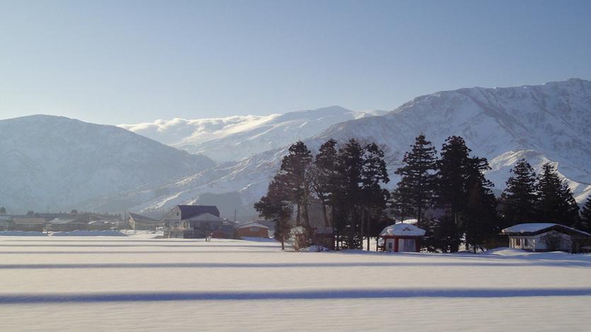 写真: 新潟県南魚沼市側八海山雪景色
