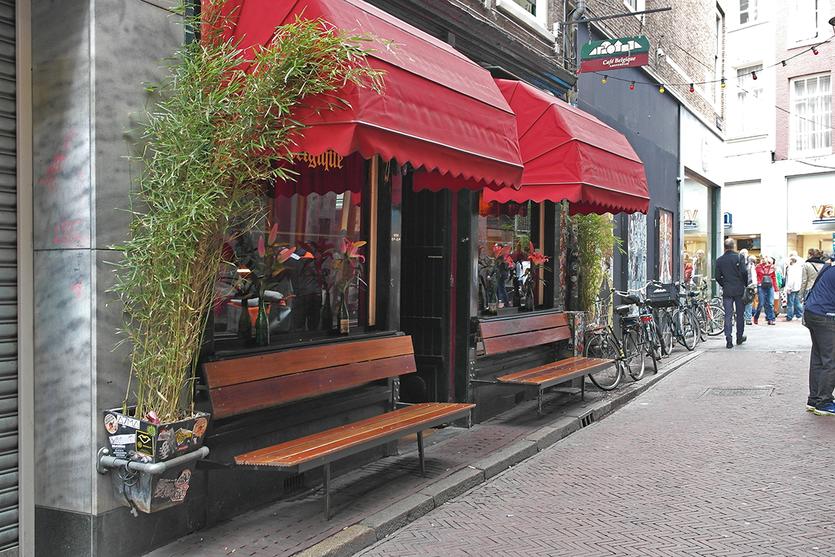 Kleine romantische Seitengasse im Zentrum von Amsterdam