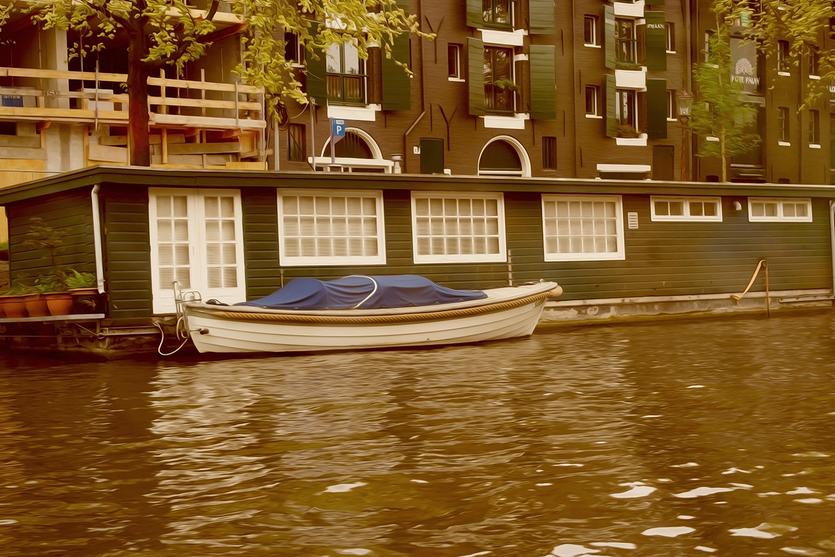 Grünes Hausboot in einem Amsterdamer Kanal