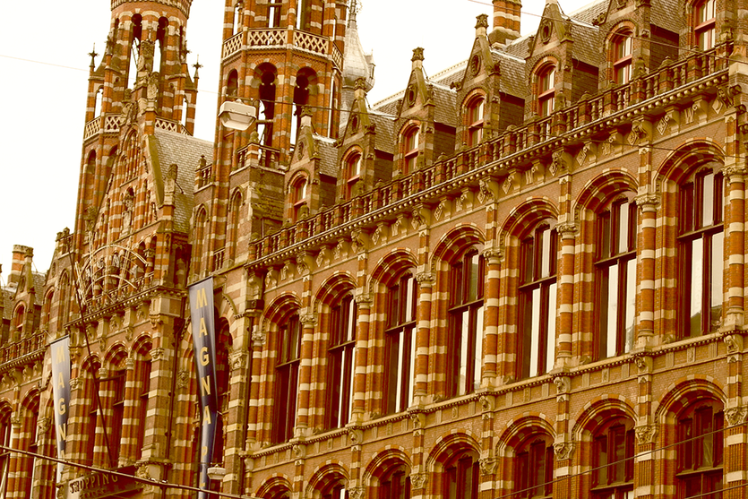 Magna Plaza Shoppingcenter in Amsterdam front