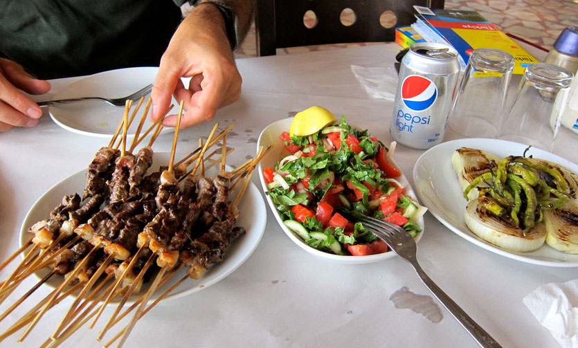 Lammspieße Essen in einer türkischen Lokanda, lykische Küste