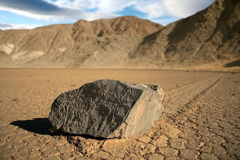 Wandernder Stein auf dem Racetrack im Death Valley