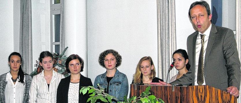 Sprachen ihre Zuhörer dadurch an, dass sie die Realität der Weltkriege auf einer sehr persönlichen Ebene darstellten: Schüler des Goethe-Gymnasiums, hier mit ihrem Direktor Bernd Decker am Rednerpult.