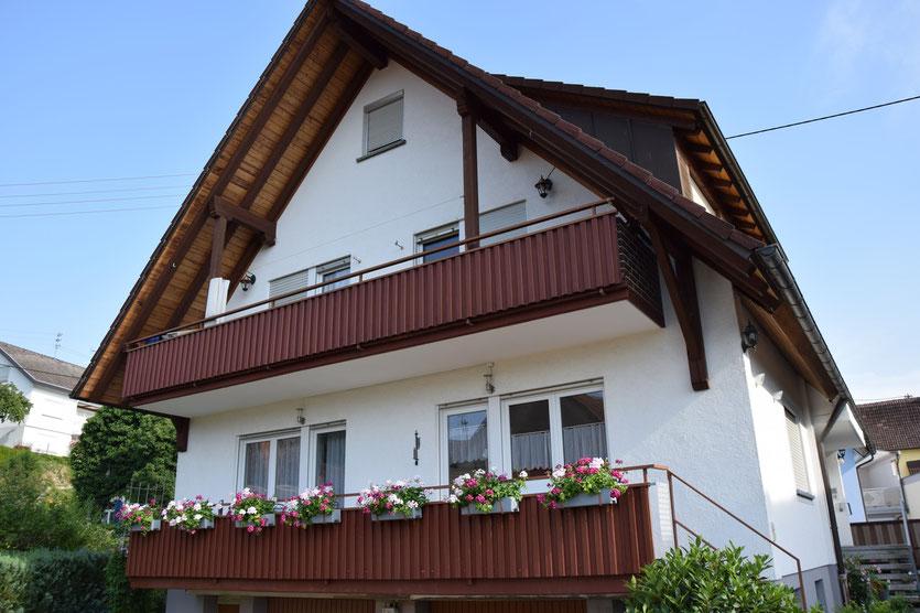 Balkon, Metalltreppe, Blumentöpfe