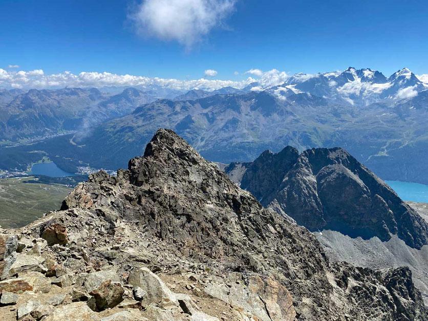Piz Julier Gipfelsicht auf St. Moritz und Bernina Alpen, Schweiz