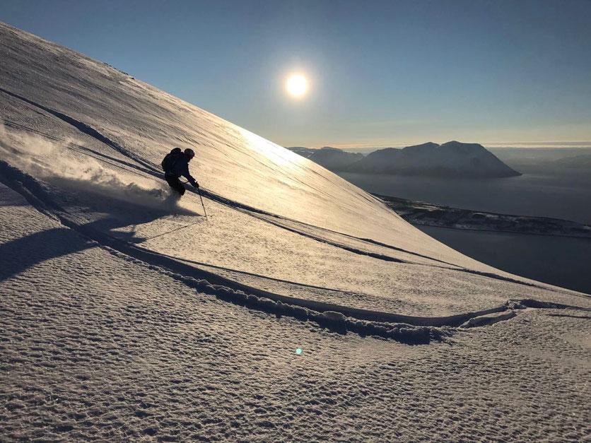 Der Autor geniesst den feinen Pulverhang an der Westseite des Rundfjellet – Foto: Stefan Brunner