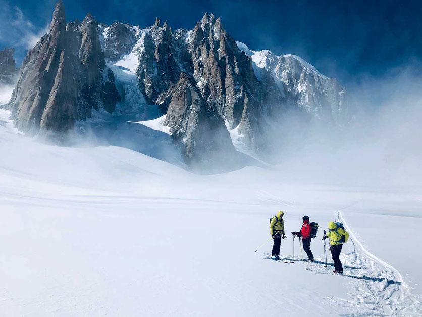 Skitouren im Vallee Blanche vor der Osteite des Mont Blanc du Tacul